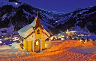 christmas market trip - Niche Destinations 4-star-superior hotel GROSSARLER HOF chapel at night
