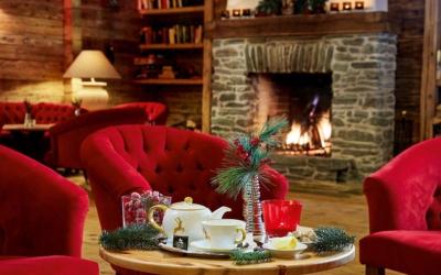 christmas market trip - Niche Destinations 4-star-superior hotel GROSSARLER HOF lobby chimney