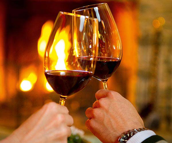 ski & wine holiday - Niche Destinations 4-star-superior hotel GROSSARLER HOF wine glasses salute