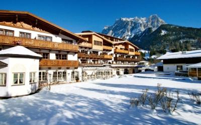 Skiing in december Familienhotel_TIROLERHOF_4-Sterne_Ehrwald_Zugspitzarena_Tirol_Austria_Aussen_Winter