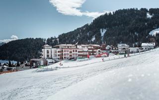 Skiurlaub im 5 Sterne Hotel Schlosshotel Fiss Tirol Österreich Aussenansicht Winter