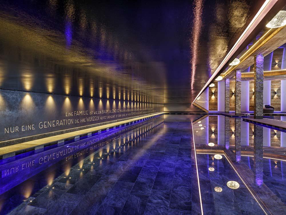 Hotel Plunhof 4 Sterne superior Ridnaun - Ratschings Suedtirol Wellnesshotel Wasserwelt Acqua Minera 20-Meter-Indoor-Becken